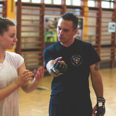 Kiss László edző önvédelmi oktatást tart hölgyeknek