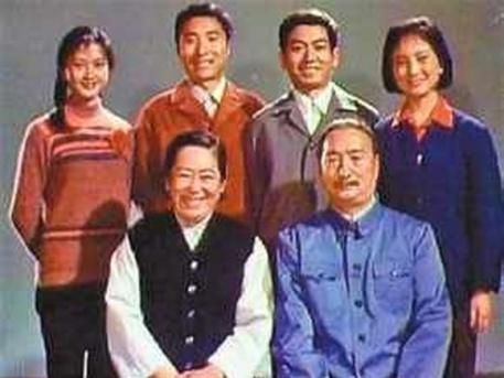 A Csen-család: jobbra lent Csen Csiang, a két álló férfi Pej-szi és Buda