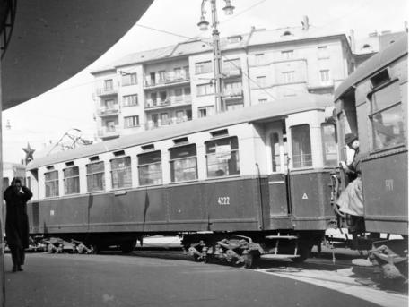 Dohányzó HÉV-kocsi a Körtéren (Forrás: Kertész Z. István: Az elővárosi vasút; Fortepan)
