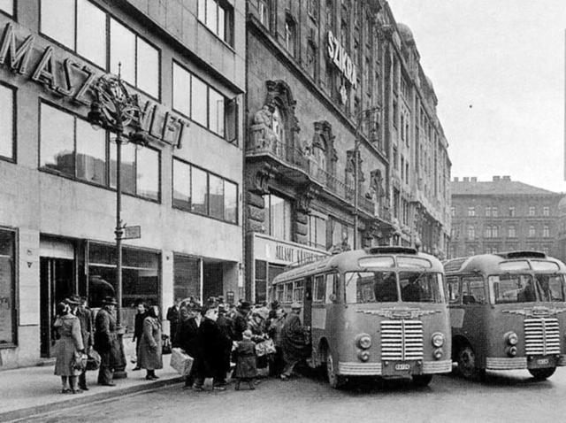 A régi reptéri busz végállomása a Vörösmarty téren (Forrás: Index fórum)