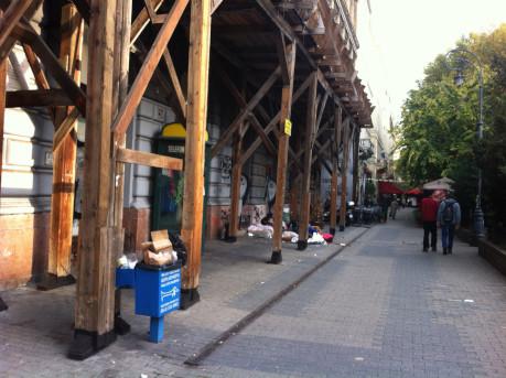 A kép csak illusztráció, a Liszt Ferec tér csúnyábbik arca a Járókelőről