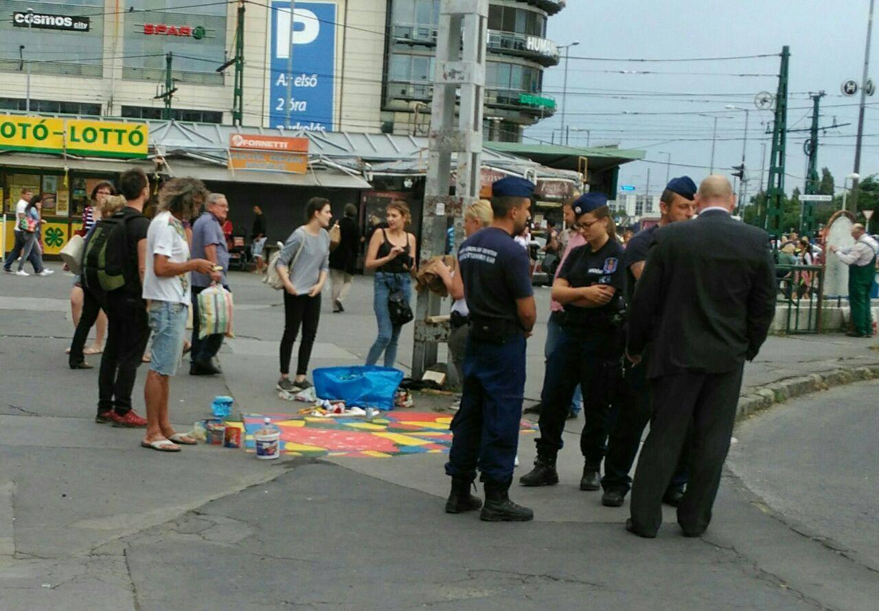 Félbemaradt a járdaszínesítés (forrás: Magyar Kétfarkú Kutya Párt)